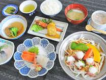 【夕食】春は山菜、秋はきのこなど、季節ごとにご当地の食材を使ったお食事を提供しております。