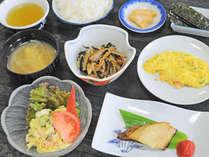 【朝食】焼魚やスクランブルエッグなど、お客様の栄養バランスを考えたメニューをご提供しております。