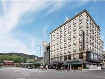 祇園商店街から見るホテル全景。左の奥には八坂神社が!!