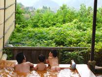 緑豊かな山々に臨む露天風呂。自家泉源の金泉(温泉)には20種の効能が認められています。