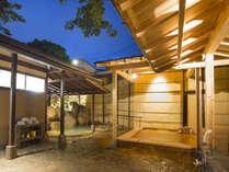 自家金泉を引いた檜風呂と六甲山で採取した大岩風呂を併設。夜通し入れるので何回もご入浴いただけます。
