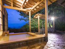 緑に囲まれた露天風呂からは北摂の山並みを一望。自家金泉の温泉を夜通しお楽しみいただけます。