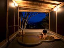 ファミリースイートの金泉露天風呂。いつでも入浴できる完全プライベート温泉です。