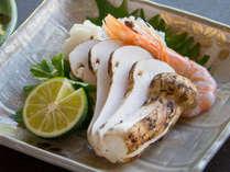 神戸牛すき焼き松茸添え、松茸&淡路産ハモ土瓶蒸し、松茸ご飯が付いた特別会席が人気です。