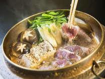 「京鴨すき焼き」。有馬温泉でも京都の味をお楽しみ頂けます。すき焼き鍋には熱伝導率のよい砲金鍋を使用。