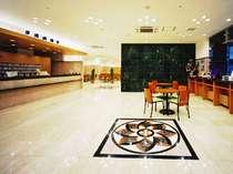 東横イン神戸三ノ宮Ⅱ、広く明るいフロントとロビー。ピカピカの大理石の床でお迎えします。