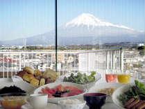 【朝食】 会場は最上階展望レストラン 富士山を見ながら朝食バイキングをお召し上がりください♪