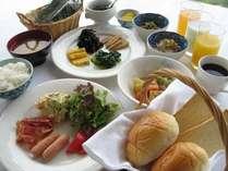 【朝食】 ●日替わりの和洋食バイキング20種 ●富士山眺望の展望レストランで爽やかな1日の始まりを♪