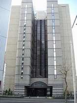 豊平川とすすきの繁華街の間に位置しています