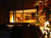 外から見た夜のロビー