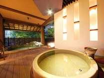 細部の間接照明へのこだわりが、幻想的空間をかもし出す 【つばきの湯】露天風呂