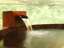 【繭玉の湯/露天】山の木々を望み、季節を感じる露天風呂。「木曽さわら」を使った情緒のあるお風呂です。