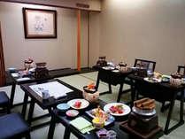 【夕食会場(個室)】一番人気は個室でのお食事。テーブル席もございます。