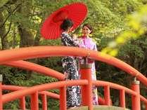 女子旅♪湯元の赤い橋は「かじか橋」(当館より徒歩20分)
