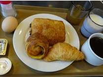 朝食 ~焼き立てデニッシュパン、コーヒー、ジュース、ご飯、お漬物のご用意をしております~