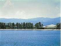 湖畔にたたずむリゾートホテル。ゆっくりとした時間が流れています。