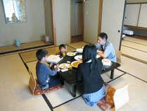 お部屋には大きなテーブル有。家族旅行やグループ旅行におすすめです!楽しい思い出を作りましょう♪