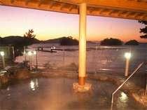 【朝焼けの露天風呂】ちょうど三ツ島の陰から朝日が顔をだします。思わず見とれる美しさ