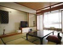 10畳和室の一例。窓際のテーブル席でゆっくり海をご覧下さい。