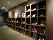 【ライブラリーロビー】伊勢神宮のガイドや幅広いジャンルの本・雑誌がございます。