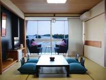 【蒼の海(デラックスオーシャンビュー)】テーマ色「蒼(あお)」を基調にした快適ソファのある和室10畳