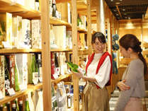 【お土産処・飛騨物産館】地酒コーナー。飛騨に13ある酒蔵の地酒も多く取り揃えております。