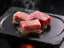 人気の追加一品・「伊良湖黒牛。のステーキ」。A5ランクをステーキでどうぞ