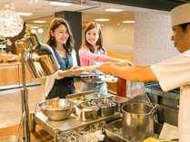 一日のはじまりは朝食から♪お好みの具材で作るオムレツが大人気♪