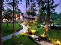 *夕暮れに佇む当館。ライトアップがされ、リゾートの雰囲気たっぷり。