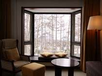 客室の窓よりからまつ林を望む