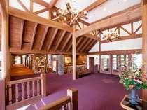 高原リゾートにふさわしい木造建築のロビー