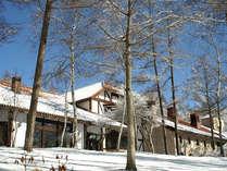 真っ白な雪に包まれたホテル
