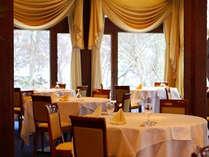 大きな窓が特徴のレストラン「フレグラント」で、目覚めのご朝食をどうぞ。