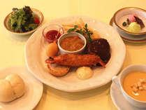 洋食「お子様メニュー」。高原サラダ、スープをはじめハンバーグ、大きな海老フライなど♪