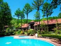 【夏季限定ガーデンプール】大自然の中で、悠々とお遊びいただけます。お子様用の浅いプールもあります。
