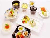 先付・お造り・合肴・焼物・煮物・お食事・水菓子の構成を基本とした、月替わり和会席コース。