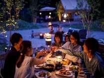 森の中でお食事。家族みんなで一緒に団欒
