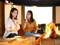 暖炉を囲みながらスモアーを体験