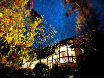 夜空いっぱいに広がる星空とホテル