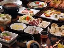【夕食・秋】秋の食材をふんだんに使った会席料理。一品一品が彩り豊かで、目でも味わえる/例