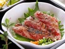 【夕食】阿蘇の大草原で育った「あか牛のタタキ」。専用の自家製ポン酢との相性が抜群です/例