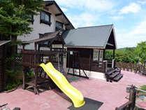 本館「エルモンテ」中庭のいたるところに遊具があります。