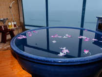 """■客室露天風呂■ """"お花を浮かべた""""露天風呂で、大切な方と""""ゆったりとしたひととき""""を。"""