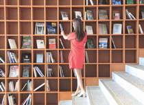 大きな本棚は記念撮影をするお客様も多いフォトスポットです。