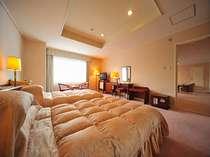 ■ロイヤルスイートルーム洋室4部屋分144平米の広さを誇ります客室最上階からの景観は圧巻です