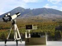 【展望ロビー】双眼鏡に望遠鏡をご準備。