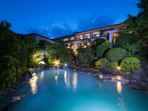【露天風呂】夜は灯りが彩り神秘的な青磁色の湯に。心身共にリラックス。