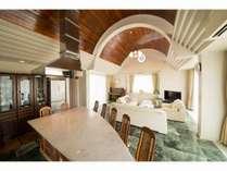本邸LDK 高いアーチ天井と大理石の床は快適な滞在をお約束
