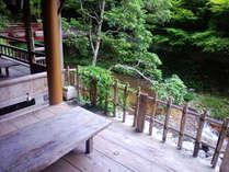 涼しげな川床です。夏は山荘前で川遊びも出来ます。
