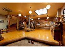 総ひのきの床と、引退した釣舟を使ったフロント。館内の家具は流木を使った手作りのもの。